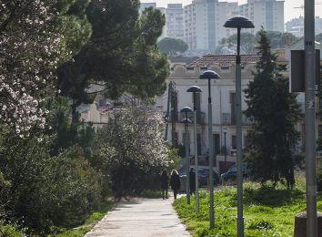 Fotografia d'un carrer de la Colònia Güell